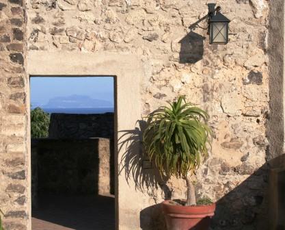 in cima alle scale - una porta su Capri